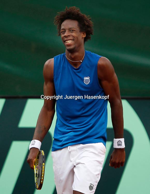 Davis Cup Deutschland gegen Frankreich im Stuttgarter Tennisclub Weissenhof,Stuttgart, ITF Herren Tennis Turnier, ein lachender Gael Monfils (FRA),Spass,Freude,Einzelbild,Halbkoerper,Hochformat,