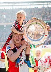 14-05-2017 NED: Kampioenswedstrijd Feyenoord - Heracles Almelo, Rotterdam<br /> In een uitverkochte Kuip speelt Feyenoord om het landskampioenschap / Spelers van Feyenoord vieren het kampioenschap. Dirk Kuyt #7 en zoontje
