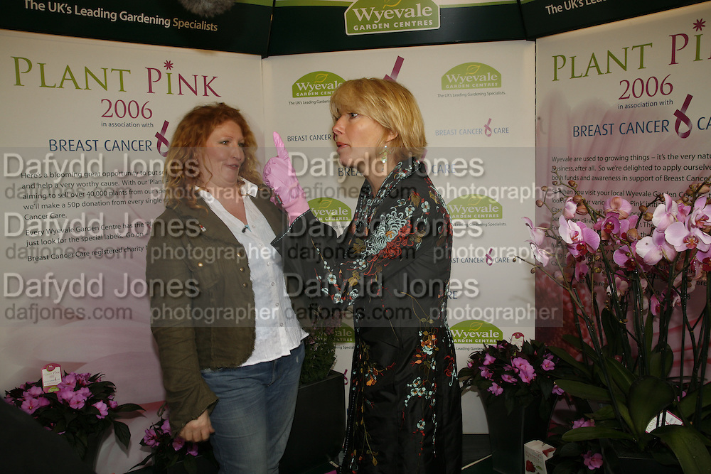 CHARLIE DIMMOCK AND EMMA THOMPSON, Press Preview of the RHS Chelsea Flower Show sponsored by Saga Insurance Services. Royal Hospital Rd. London. 22 May 2006. ONE TIME USE ONLY - DO NOT ARCHIVE  © Copyright Photograph by Dafydd Jones 66 Stockwell Park Rd. London SW9 0DA Tel 020 7733 0108 www.dafjones.com