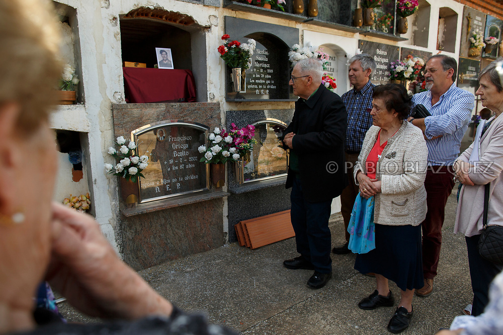 19/05/2018. Carmen Benito Alcantarilla (3R) amid other relatives and friends attend the inhumation of his uncle Valentin Alcantarilla Mercado who was assassinated by dictator Francisco Franco's forces as his remains are placed inside a niche during his burial at the cemetery on May 19, 2018 in Sacedon, Guadalajara province, Spain. General Franco's forces killed Timoteo Mendieta and other people between 1939 and 1940 after Spain's Civil War and buried them in mass graves in Guadalajara's cemetery. Argentinian judge Maria Servini used the international human rights law and ordered the exhumation and investigation of Mendieta's mass grave. The exhumation was carried out by Association for the Recovery of Historical Memory (ARMH) recovering 50 bodies from 2 mass graves and identified 24 of them. Spain's Civil War took the lives of thousands of people on both sides, but Franco continued his executions after the war has finished. Spanish governments has never done anything to help the victims of the Civil War and Franco's dictatorship while there are still thousands of people missing in mass graves around the country. (© Pablo Blazquez)