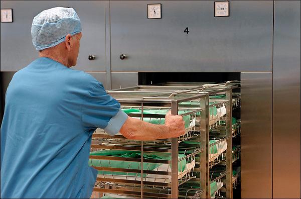 Nederland, Nijmegen, 29-5-2014Een medewerker van de sterilisatieafdeling duwt een trolley met operatieinstrumenten in de sterilisator.FOTO: FLIP FRANSSEN/ HOLLANDSE HOOGTE