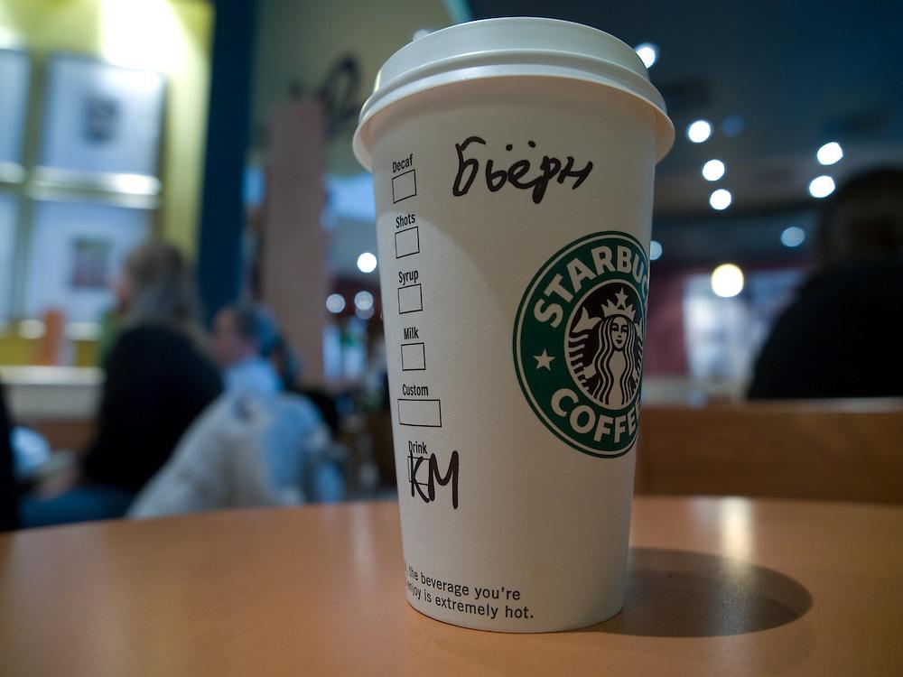 """Starbucks Filiale im Moskauer Stadtviertel Arbat. Um den Prozess der Kaffeebestellung zu erleichtern wird für Ausländer der Name auf den Kaffeebecher geschrieben und dann von einem angestellten """"ausgerufen"""" wenn der Kaffee fertig ist.  Auf diesem Becher der Name """"Björn"""" in kyrillisch.<br /> <br /> Starbucks branch at the Arbat street in the center of the Russian capitol Moscow ."""