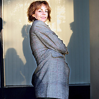 Nederland,Utrecht ,9 november 2006..SP kamerlid Agnes Kant krijgt van Stichting Mantelzorg Mezzo een mantel aangetrokken.