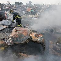 Toluca, Mex.- Un espectacular incendio suscitado en el corralón de grúas Manzur de la carretera Toluca - Ixtlahuaca destruyó mas de 70 vehiculos, bomberos de la ciudad de Toluca, elementos de la ASE y policia municipal trabajaron mas de 2 horas para sofocarlo. Agencia MVT / Mario Vázquez de la Torre. (DIGITAL)<br /> <br /> NO ARCHIVAR - NO ARCHIVE