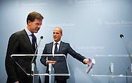 Partijleiders Mark Rutte (VVD) en Diederik Samsom (PvdA) tijdens een persconferentie. VVD en PvdA hebben de voorziene begroting voor volgend jaar flink aangepast. Zo worden de forensentaks en langstudeerboete geschrapt, die laatste met terugwerkende kracht.