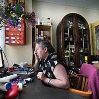 Nederland, Den Helder , 17 november 2011,.Client van Germininieziekenhuis afdeling GGZ NHN wonende in de buurt van de GGZ zorginstelling heeft vanuit thuissituatie visueel en mondeling contact via de computer met een medewerker van GGZ NHN .Foto:Jean-Pierre Jans