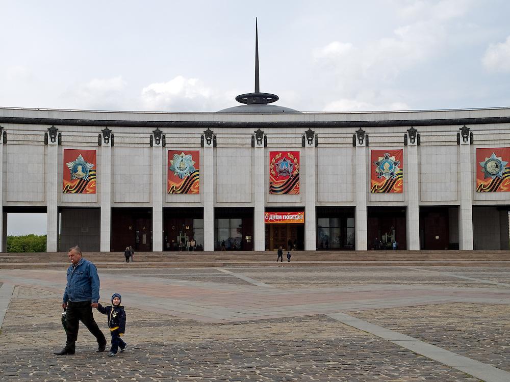 """Moskau/Russische Foederation, RUS, 10.05.2008: Das Museum des Grossen Vaterlaendischen Krieges befindet sich in Moskau auf dem Berg """"Poklonnaja Gora"""". Verbunden damit ist der sogenannte Siegespark mit einer offenen Darstellung von militaerischen Fahrzeugen, Flugzeugen und Kanonen.<br /> <br /> Moscow/Russian Federation, RUS, 10.05.2008: The Museum of the Great Patriotic War is in Moscow at Poklonnaya Gora (Bowing Hill), Featured is the Victory Park with an open display of military vehicles, aircraft, cannons and the Central Museum building of the Great Patriotic War."""