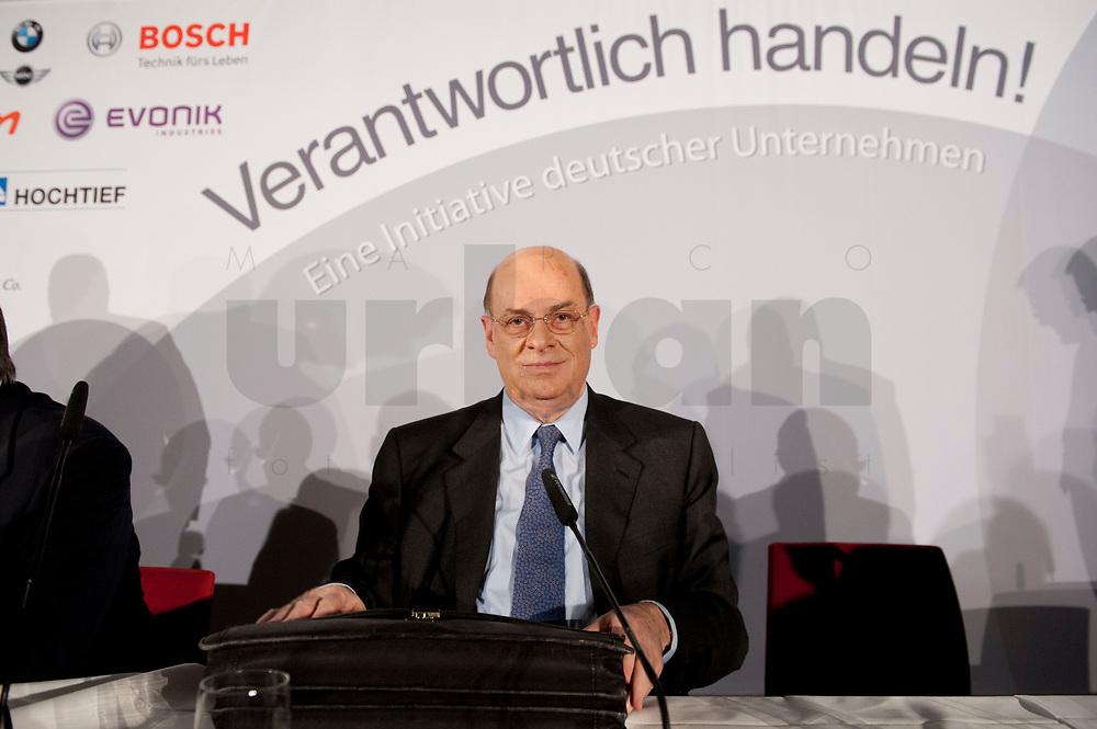 """25 NOV 2010, BERLIN/GERMANY:<br /> Dr. Juergen Strube, Aufsichtsratsvorsitzender BASF, nach dem Pressegespraech """"Leitbild fuer verantwortliches Handeln in der Wirtschaft"""", Clubraum, Akademie der Kuenste<br /> IMAGE: 20101125-01-095"""