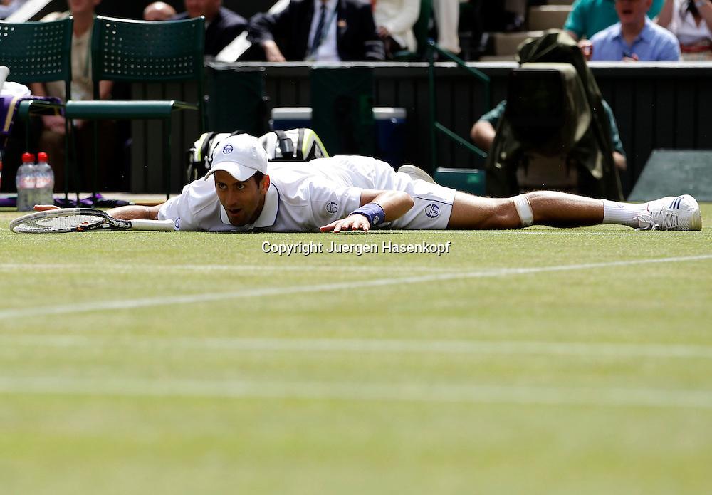 Wimbledon Championships 2011, AELTC,London,.ITF Grand Slam Tennis Tournament . Novak Djokovic (SRB) ist ausgerutscht und liegt flach auf dem Boden,.Einzelbild,Aktion,Ganzkoerper,Querformat,