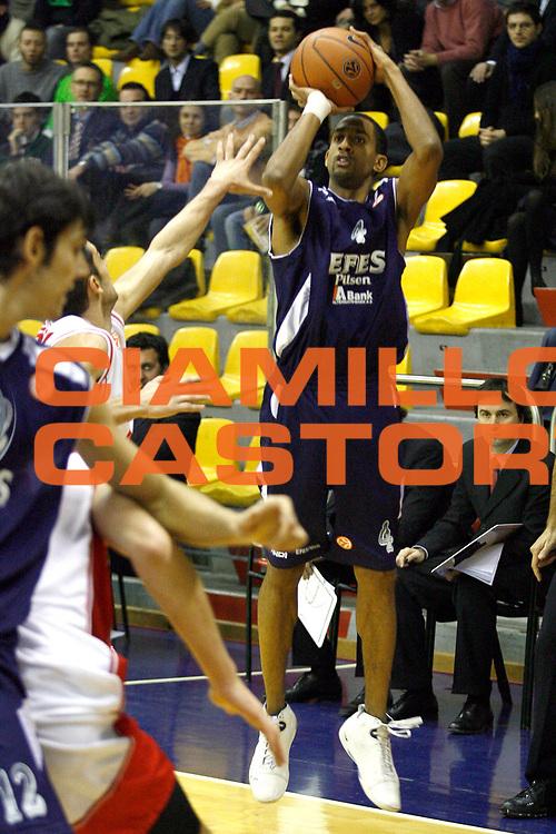 DESCRIZIONE : Milano Eurolega 2007-08 Armani Jeans Milano Efes Pilsen Istanbul<br /> GIOCATORE : Drew Nicholas<br /> SQUADRA : Efes Pilsen Istanbul<br /> EVENTO : Eurolega 2007-2008 <br /> GARA : Armani Jeans Milano Efes Pilsen Istanbul <br /> DATA : 19/12/2007 <br /> CATEGORIA : Tiro<br /> SPORT : Pallacanestro <br /> AUTORE : Agenzia Ciamillo-Castoria/S.Ceretti
