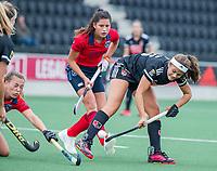 AMSTELVEEN  - Noor de Baat (Adam) met Mila Muyselaar (Laren) en midden Bente van der Veldt (Laren)  tijdens de hoofdklasse competitiewedstrijd hockey dames , Amsterdam-Laren (3-0)  , COPYRIGHT KOEN SUYK