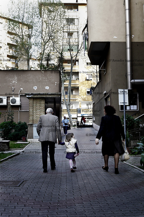 Nonno e nonna escono a fare una passeggiata con la loro nipote. Oggi molti di loro si sostituisco alle scuole.<br /> <br /> Grandfather and grandmother playing with their grandson Nonno porta a casa sua nipote dopo che &egrave; andato a prenderla a scuola