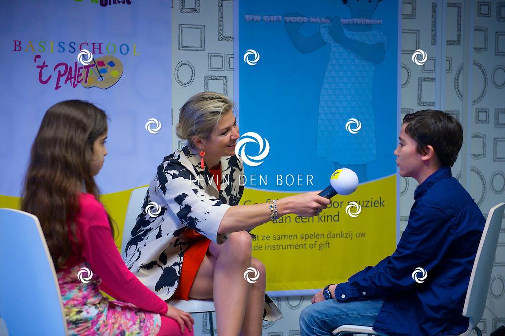DEN HAAG - Koningin Máxima geeft startschot inzameling instrumenten. Koningin Maxima neemt interview af met 2 kinderen van basisschool 't Palet. FOTO FRANK VAN BEEK (POOL) - PERSFOTO.NU