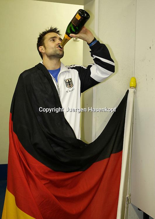 Davis Cup, Deutschland gegen Oesterreich in Garmisch-Partenkirchen, Sport, Tennis,  ITF Tournament, Siegerfeier der deutschen Mannschaft in der Umkleidekabine. ..Foto: Juergen Hasenkopf