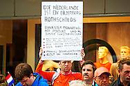 27-5-2014 - MUNSTER - Erwin Lensink  de man die tijdens prinsjesdag een waxinelichtjeshouder gooide naar de goudenkoets , wordt meegenomen door de politie. <br /> Koning Willem Alexander  en Koningin Maxima brengen een tweedaags werkbezoek aan Nedersaksen en Noordrijn-Westfalen op maandag 26 en dinsdag 27 mei  2014. <br /> COPYRIGHT ROBIN UTRECHT