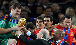 11.07.2010, Soccer-City-Stadion, Johannesburg, RSA, FIFA WM 2010, Finale, Niederlande NED vs Spanien ESP im Bild Spaniens Kapitän Iker Casillas erhält den WM Pokal von FIFA Präsident Josef Blatter und den Präsidenten Südafrikas Jacob Zuma, Spanien ist Weltmeister 2010, EXPA Pictures © 2010, PhotoCredit: EXPA/ InsideFoto/ Perottino *** ATTENTION *** FOR AUSTRIA AND SLOVENIA USE ONLY! / SPORTIDA PHOTO AGENCY