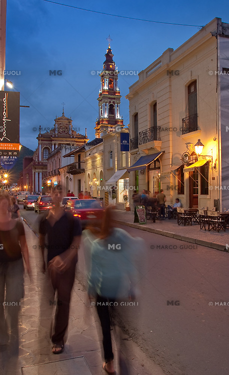 IGLESIA SAN FRANCISCO (MHN Monumento Histórico Nacional) Y CASA URIBURU (MHN Monumento Histórico Nacional) AL ANOCHECER, CALLE CASEROS, CIUDAD DE SALTA, PROV. DE SALTA, ARGENTINA