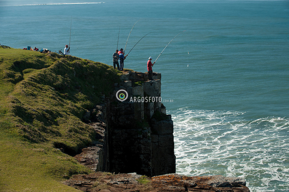 Pesca recreativa na Torre do Meio ou Morro das Furnas. Torres - RS / fishing at Torre do Meio or Morro das Furnas.
