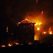 In Valsusa  continua l'emergenza incendi, nelle foto il fronte del fuoco sopra Monpantero attacca alcune case isolate nel bosco  29/10/2017