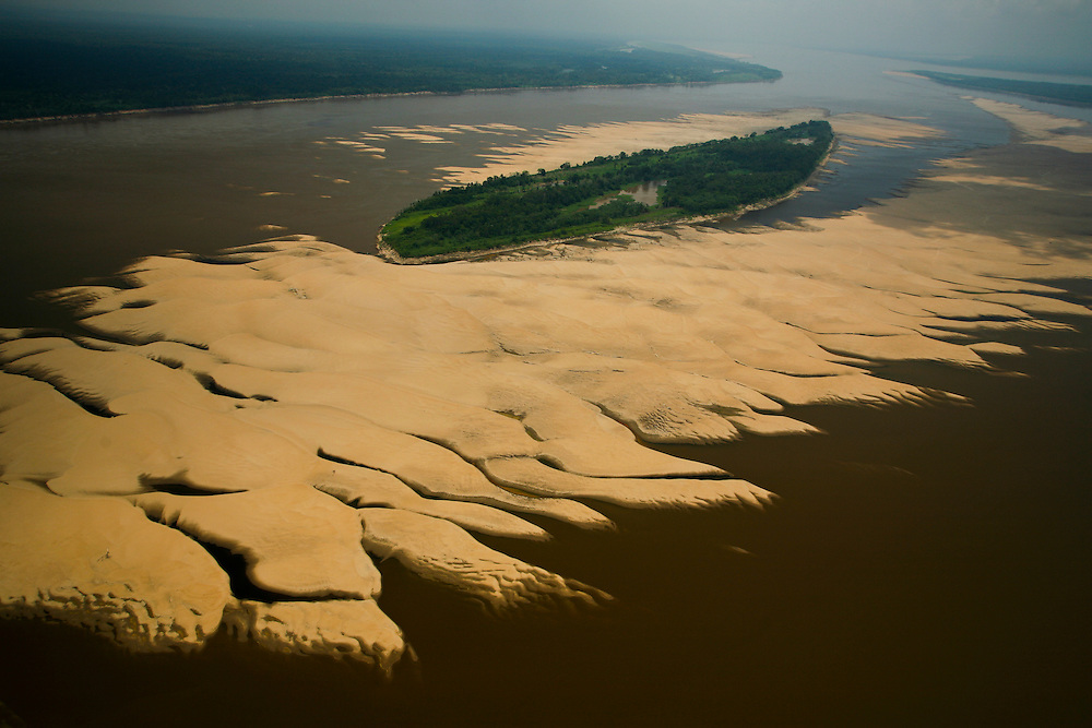 26/10/05 Manaus region (Brazil). Big sand banks surrounding Trindade Island on the Amazon river during one of the worst droughts ever recorded in the Amazon region..©Daniel Beltra/Greenpeace
