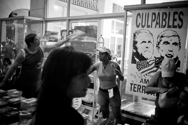 America, Cuba, Havana. The 4 of July in Havana the night of books is celebrated. A man sells books in the streets of vendado. -04.07.2008, DIGITAL PHOTO, 49 MB, copyright: Alex Espinosa/Gruppe28.