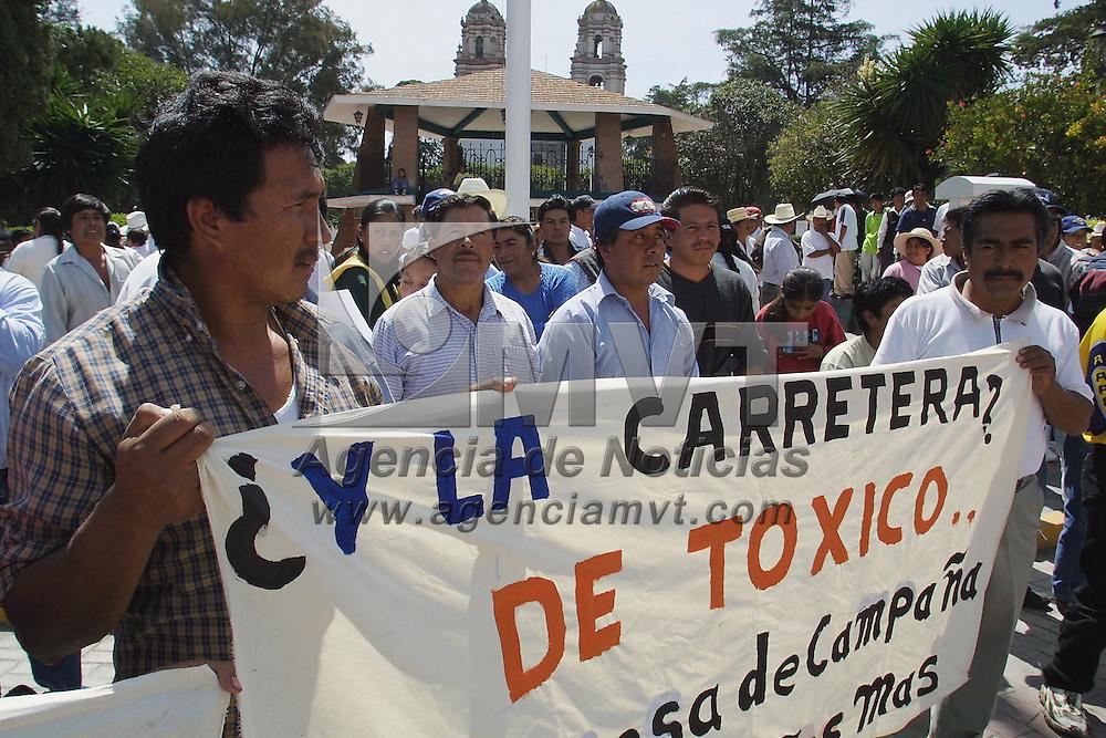 Ixtlahuaca, M&eacute;x.- Habitantes de la comunidad de San Lorenzo Toxico acudieron ante el presidente municipal de Ixtlahuaca en demanda de servicios urbanos. Agencia MVT / Mario V&aacute;zquez de la Torre. (DIGITAL)<br /> <br /> NO ARCHIVAR - NO ARCHIVE