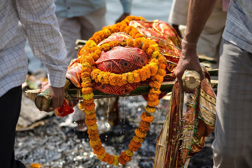 Les proches du défunt ont plongé le corps dans le Gange avant de le transporter au bûcher.