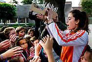 Gouden hockeyster Naomi van As viert Wereld Schoolmelkdag op haar oude basisschool Waalsdorp in Den Haag. Hiermee moedigt de Olympisch kampioene het belang van melk voor schoolgaande jeugd aan.