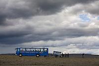 Ferðamenn við rútuna sína á Sauðárhálsi.