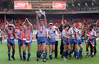 Fotball<br /> Lagbilde Manchester United<br /> Foto: Colorsport/Digitalsport<br /> NORWAY ONLY<br /> <br /> Gary Pallister leads the lap of honor with the Manchester United team and the League Cup Trophy. Manchester United v Nottingham Forest. The League Cup Final. Wembley 1992.