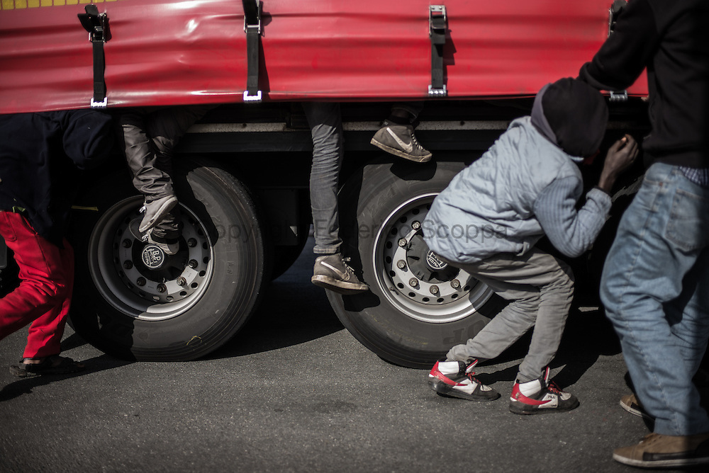 Migrants hiding on a truck going to Uk