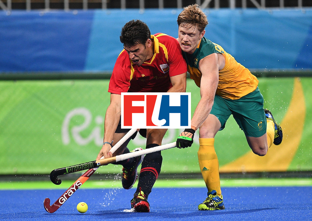 Spain's Andres Mir (L) vies for the ball with Australia's Matthew Dawson during the men's field hockey Australia vs Spain match of the Rio 2016 Olympics Games at the Olympic Hockey Centre in Rio de Janeiro on August, 7 2016. / AFP / MANAN VATSYAYANA        (Photo credit should read MANAN VATSYAYANA/AFP/Getty Images)