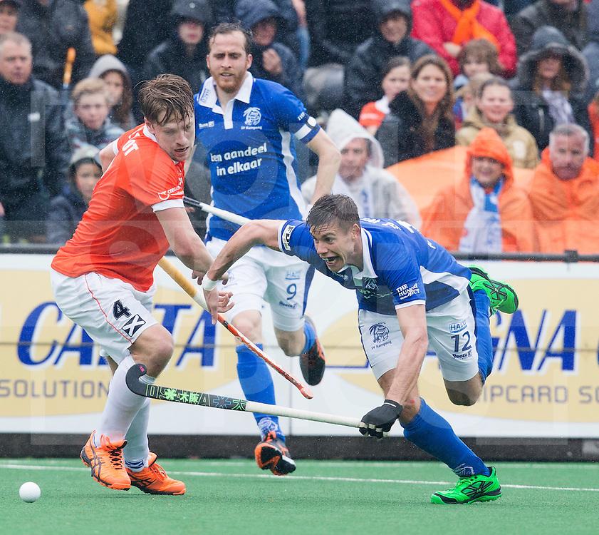 BLOEMENDAAL - HOCKEY - Sander de Wijn (r)  van Kampong passeert Mats de Groot  van Bl'daal.  Eerste  wedstrijd play offs in de hoofdklasse hockey competitie tussen de mannen van Bloemendaal en Kampong (2-3) . COPYRIGHT KOEN SUYK