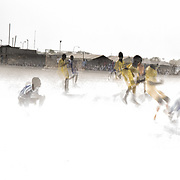 Des jeunes de l'ethnie shilluk disputent un match de football dans le camp de protection des civils de la Mission des Nations Unies au Soudan du Sud, la Minuss, de Malakal.