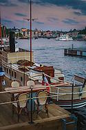Ångbåt vid en restaurang i sen skymning vid Strandvägen Nybroviken Stockholm