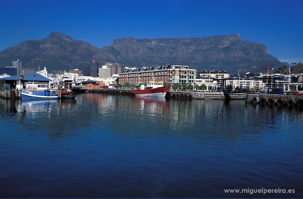 Cape Town harbour (South Africa).<br /> <br /> Vista del puerto en Ciudad del Cabo (Sud&aacute;frica).