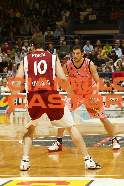 DESCRIZIONE : Bologna Lega A1 2005-06 VidiVici Virtus Bologna Basket Livorno <br /> GIOCATORE : Vukcevic <br /> SQUADRA : VidiVici Virtus Bologna <br /> EVENTO : Campionato Lega A1 2005-2006 <br /> GARA : VidiVici Virtus Bologna Basket Livorno <br /> DATA : 02/04/2006 <br /> CATEGORIA : Palleggio <br /> SPORT : Pallacanestro <br /> AUTORE : Agenzia Ciamillo-Castoria/L.Villani