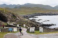 ARDNAMURCHAN (Schotland) - Wachten met fiets voor het rode licht in de schotse hooglanden COPYRIGHT KOEN SUYK