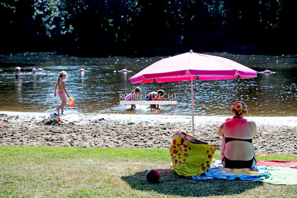EIGEN ZAANDAM - Mensen genieten van het lekkere zomer weer hittegolf in september bij de jagersplas in zandaam . ROBIN UTRECHT