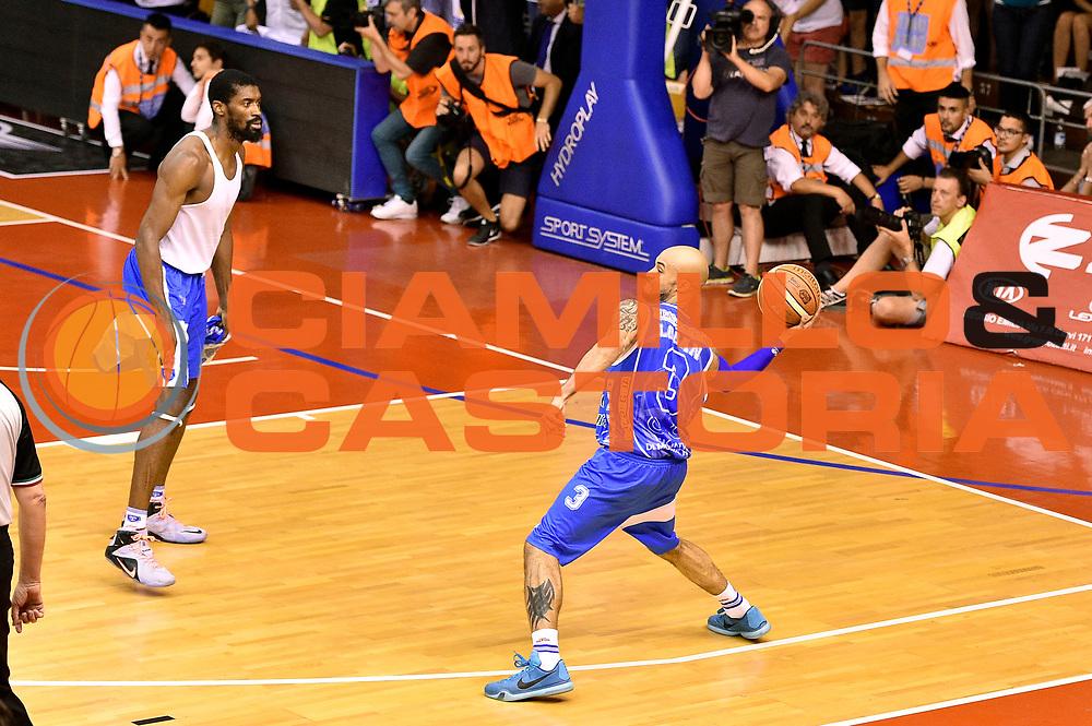 DESCRIZIONE : Campionato 2014/15 Serie A Beko Grissin Bon Reggio Emilia - Dinamo Banco di Sardegna Sassari Finale Playoff Gara7 Scudetto<br /> GIOCATORE : David Logan<br /> CATEGORIA : esultanza<br /> SQUADRA : Banco di Sardegna Sassari<br /> EVENTO : Campionato Lega A 2014-2015<br /> GARA : Grissin Bon Reggio Emilia - Dinamo Banco di Sardegna Sassari Finale Playoff Gara7 Scudetto<br /> DATA : 26/06/2015<br /> SPORT : Pallacanestro<br /> AUTORE : Agenzia Ciamillo-Castoria/GiulioCiamillo<br /> GALLERIA : Lega Basket A 2014-2015<br /> FOTONOTIZIA : Grissin Bon Reggio Emilia - Dinamo Banco di Sardegna Sassari Finale Playoff Gara7 Scudetto<br /> PREDEFINITA :