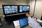 Nederland, Nijmegen, 18-7-2007<br /> Controlekamer voor de beveiligingscamera 's van de politie tijdens de vierdaagse , vierdaagsefeesten, om het publiek te observeren en indien nodig te sturen. Veiligheid, camera, beheersen mensenmassa, evenement, festival, menigte, criminaliteit, zakkenrollen. Bewaking, stad, straat, plein, observeren, bewakingscamera, monitor. calamiteit. Crowd control<br /> Foto: Flip Franssen/Hollandse Hoogte