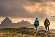 Ein Mann und eine Frau wandern auf dem Cuolm da Latsch oberhalb Berg&uuml;n im Albulatal, Parc Ela, Graub&uuml;nden, Schweiz<br /> <br /> A man and a female are hiking on the Cuolm da Latsch above the village Berg&uuml;n in the Albula Vally, Parc Ela, Grisons, Switzerland