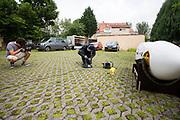 Een teamlid modificeert de voorkap.Het Human Power Team Delft en Amsterdam (HPT), dat bestaat uit studenten van de TU Delft en de VU Amsterdam, is in Senftenberg voor een poging het laagland sprintrecord te verbreken op de Dekrabaan. In september wil het Human Power Team Delft en Amsterdam, dat bestaat uit studenten van de TU Delft en de VU Amsterdam, tijdens de World Human Powered Speed Challenge in Nevada een poging doen het wereldrecord snelfietsen voor vrouwen te verbreken met de VeloX 7, een gestroomlijnde ligfiets. Het record is met 121,44 km/h sinds 2009 in handen van de Francaise Barbara Buatois. De Canadees Todd Reichert is de snelste man met 144,17 km/h sinds 2016.<br /> <br /> A team member modifies the canopy. The Human Power Team is in Senftenberg, Germany to race at the Dekra track as a preparation for the races in America. With the VeloX 7, a special recumbent bike, the Human Power Team Delft and Amsterdam, consisting of students of the TU Delft and the VU Amsterdam, also wants to set a new woman's world record cycling in September at the World Human Powered Speed Challenge in Nevada. The current speed record is 121,44 km/h, set in 2009 by Barbara Buatois. The fastest man is Todd Reichert with 144,17 km/h.
