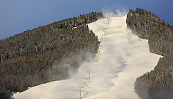 05.01.2016, Saalbach Hinterglemm, AUT, Wintereinbruch in weiten Teilen Österreichs, im Bild die Piste des Bernkogel mit Lift und Schneekanonen. Etwa 1000 Schneeerzeuger (750 Schneekanonen und 250 Schneelanzen) kommen dabei im grössten Skigebiet Österreichs zum Einsatz // Snow making machines stand on a slope. Around 1,000 Snow making machines (750 snow cannons and 250 snow lances) in the largest ski Ressort in Austria are used to make white slopes, Saalbach, Austria on 2016/01/05. EXPA Pictures © 2015, PhotoCredit: EXPA/ JFK