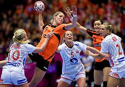 20-12-2015 DEN: World Championships Handball 2015 Nederland - Noorwegen, Herning<br /> De Nederlandse handbalsters streden zondagmiddag om de wereldtitel handbal. Er moest worden afgerekend met Noorwegen, maar de regerend olympisch en Europees kampioen was te sterk: 23-31 / Nycke Groot #17 probeert door de Noorse muur te komen