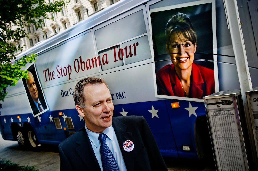 Moderate riksdagsmannen och McCain-anhängaren Mats G Nilsson framför en buss med McCainaktivster...Photographer: Chris Maluszynski /MOMENT