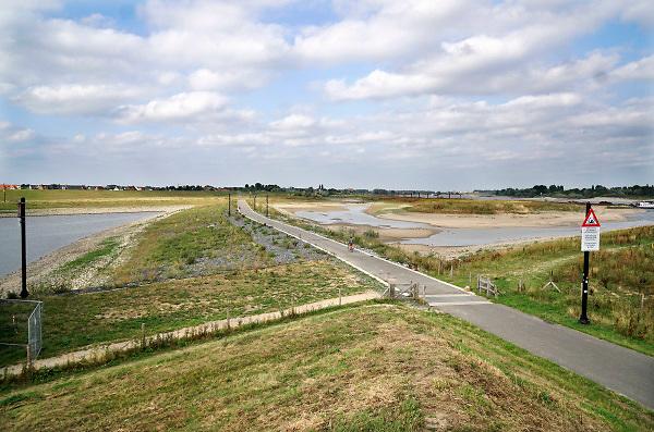 Nederland, Nijmegen, 19-8-2018Door de lage waterstand in de Waal is de aanvoer van water voor de Nevengeul, spiegelwaal, drooggevallen. De inlaten in de drempel liggen ver boven het water .Hierdoor stroomt de spiegelwaal niet meer door en is er blauwalg ontstaan zodat het een risico is erin te zwemmen .Foto: Flip Franssen
