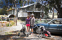 HALL'S GAP -  Greenkeeper Terry en zijn vriendin op Mount Difficult Golf Course - COPYRIGHT KOEN SUYK