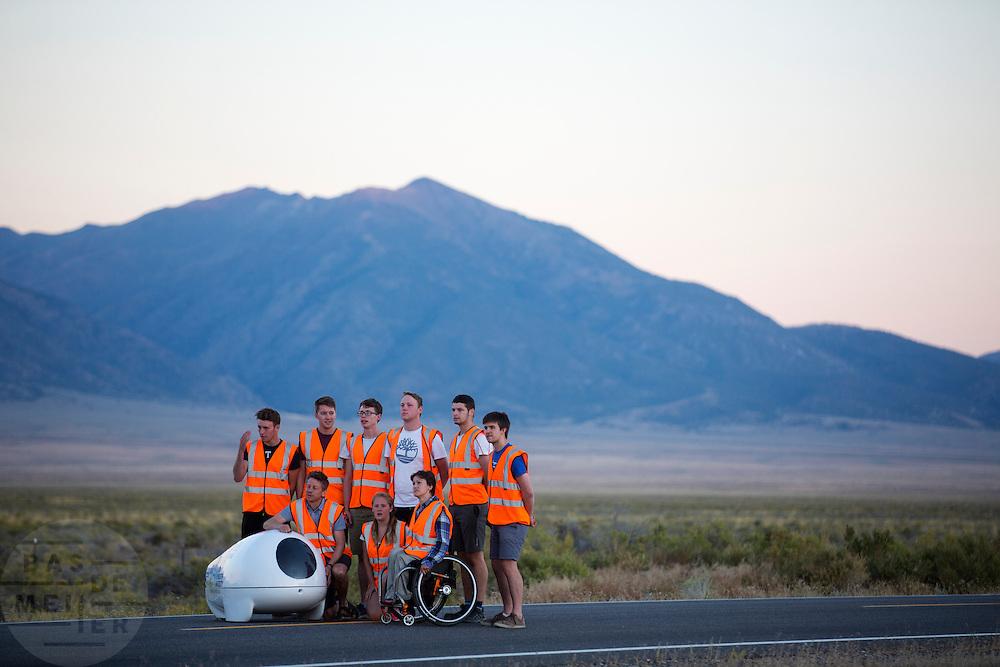 Het team van Plymouth poseert voor een groepsfoto tijdens de vierde racedag. In Battle Mountain (Nevada) wordt ieder jaar de World Human Powered Speed Challenge gehouden. Tijdens deze wedstrijd wordt geprobeerd zo hard mogelijk te fietsen op pure menskracht. Het huidige record staat sinds 2015 op naam van de Canadees Todd Reichert die 139,45 km/h reed. De deelnemers bestaan zowel uit teams van universiteiten als uit hobbyisten. Met de gestroomlijnde fietsen willen ze laten zien wat mogelijk is met menskracht. De speciale ligfietsen kunnen gezien worden als de Formule 1 van het fietsen. De kennis die wordt opgedaan wordt ook gebruikt om duurzaam vervoer verder te ontwikkelen.<br /> <br /> In Battle Mountain (Nevada) each year the World Human Powered Speed Challenge is held. During this race they try to ride on pure manpower as hard as possible. Since 2015 the Canadian Todd Reichert is record holder with a speed of 136,45 km/h. The participants consist of both teams from universities and from hobbyists. With the sleek bikes they want to show what is possible with human power. The special recumbent bicycles can be seen as the Formula 1 of the bicycle. The knowledge gained is also used to develop sustainable transport.
