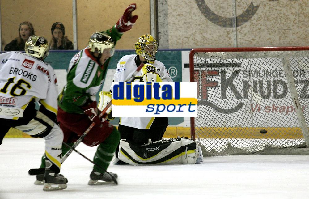 Ishockey<br /> GET-Ligaen<br /> 31.01.08<br /> Askerhallen<br /> Frisk Asker - Stavanger Oilers<br /> Keeper Andre Lysenst&oslash;en m&aring; konstatere at 2-0 scoring en ligger i nettet bak han - Chris Abbott kan juble<br /> Foto - Kasper Wikestad